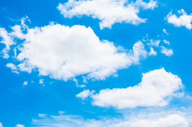 Nuvem branca no céu azul Foto gratuita