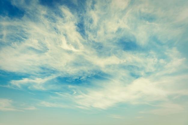 Nuvem branca no fundo do céu Foto gratuita