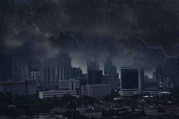 Nuvem de chuva escura com tempestade de raios Foto Premium