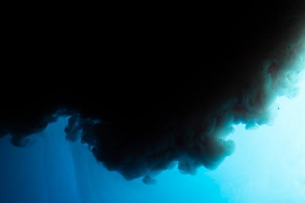 Nuvem escura com fundo azul Foto gratuita