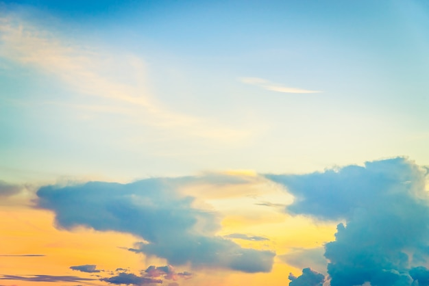 Nuvem vintage no céu Foto gratuita