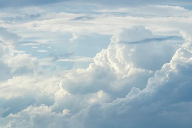 Nuvens brancas em um céu azul Foto Premium