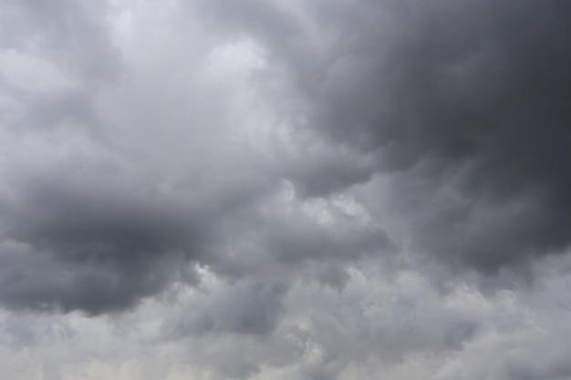 Nuvens de chuva que formam no céu no conceito do clima. Foto Premium