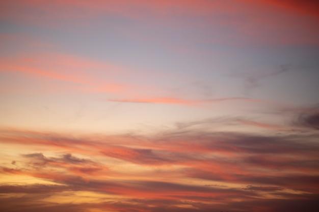 Nuvens de cúmulo ao pôr do sol com o pôr do sol em fundo escuro Foto Premium