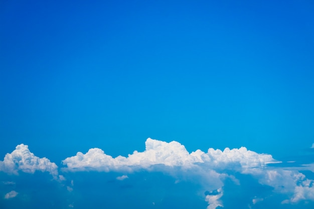 Nuvens de heap linda com céu azul claro Foto Premium