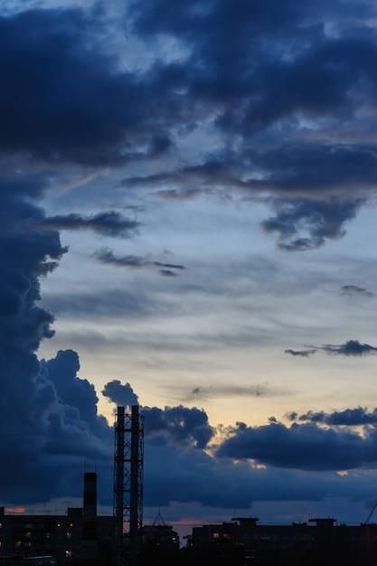 Nuvens de tempestade azuis escuras sobre a cidade na estação chuvosa Foto Premium