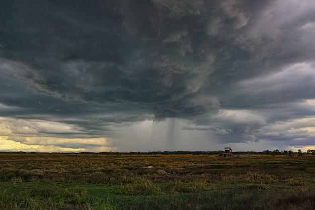 Nuvens de tempestade de chuva dramática está chegando Foto Premium