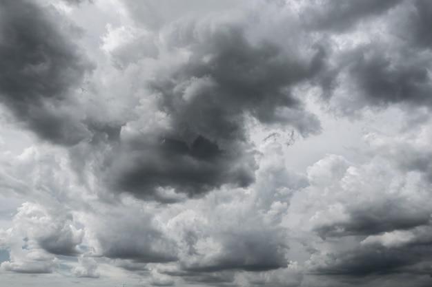 Nuvens de tempestade escuras antes da chuva usada para o fundo do clima. Foto Premium