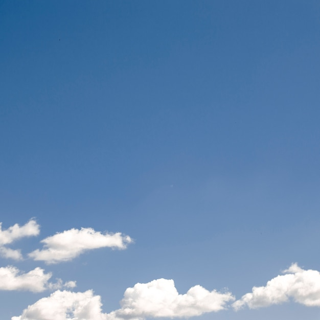 Nuvens no céu azul claro Foto gratuita