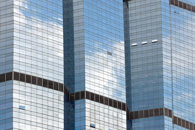 Nuvens refletidas no windows do prédio moderno Foto Premium