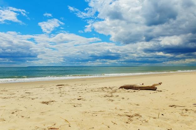 Nuvens, sobre, ondas, tocar, arenoso, praia Foto Premium