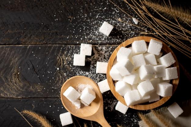 O açúcar no copo de madeira. Foto Premium