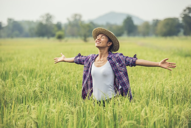 O agricultor está no campo de arroz e cuida do seu arroz. Foto gratuita