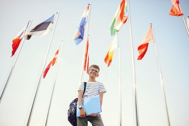 O aluno passa o tempo no pátio da escola Foto gratuita