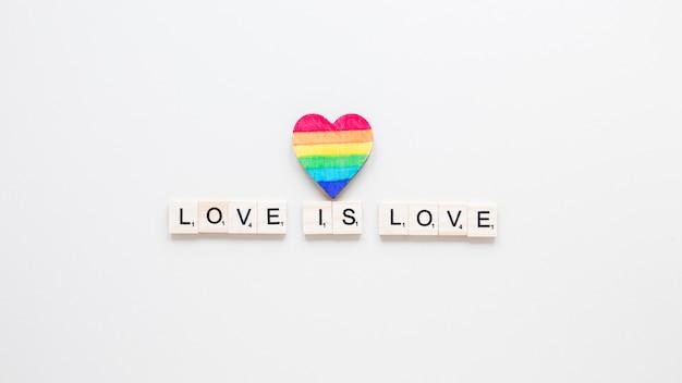 O amor é inscrição de amor com o coração do arco-íris Foto gratuita
