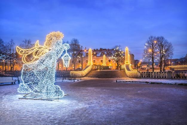 O anjo do ano novo perto da ponte krasnogvardeisky em são petersburgo Foto Premium