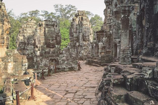 O antigo templo de pedra bayon Foto Premium