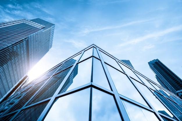 O arranha-céu está em qingdao china Foto Premium