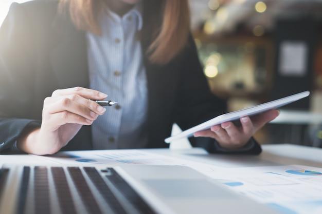 O arranque do negócio funciona na informação digital online. Foto gratuita