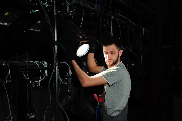 O assistente de palco acende as luzes Foto Premium