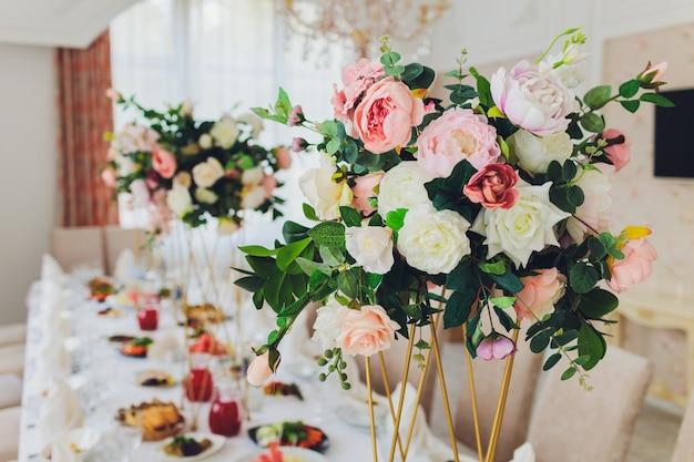 O balanço de madeira decorado com flores artificiais. Foto Premium