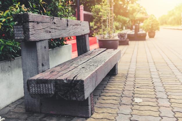 O banco de madeira velho da reutilização railway do dorminhoco recicla no estação de caminhos-de-ferro de hua hin. Foto Premium