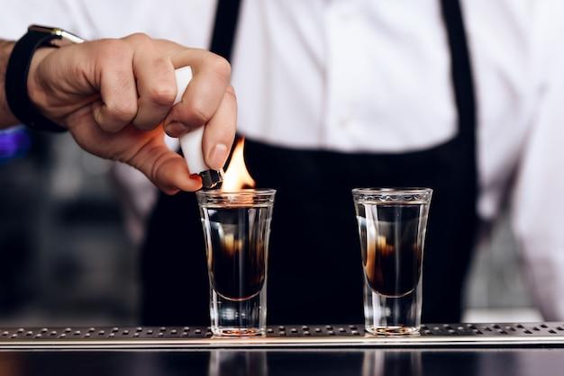 O barman preparou coquetéis para os clientes no bar. Foto Premium