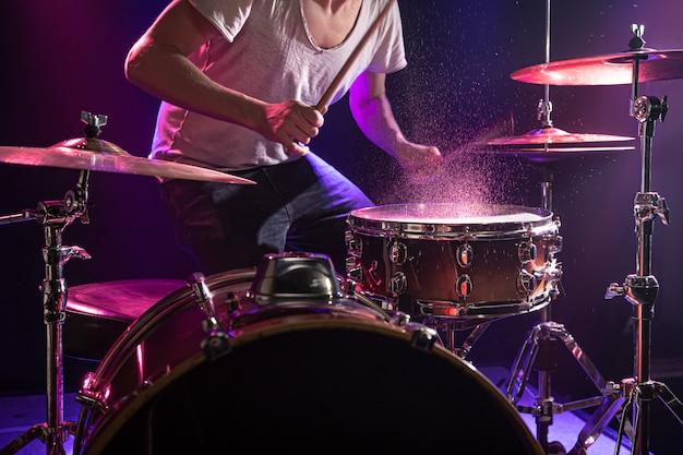 O baterista toca bateria. Foto gratuita