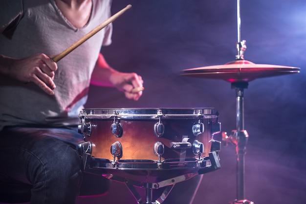 O baterista toca bateria Foto gratuita