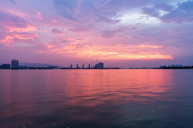 O belo cais do lago e o céu em yixing, china Foto Premium