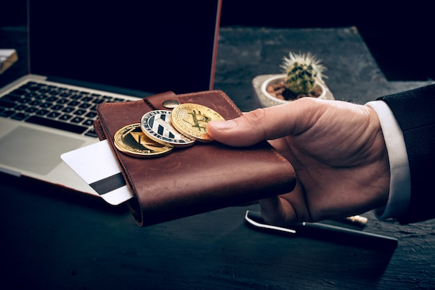 O bitcoin dourado nas mãos do correio Foto gratuita