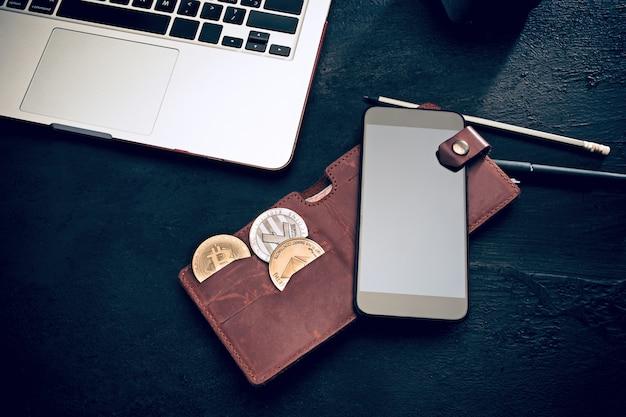 O bitcoin dourado, telefone, teclado Foto gratuita