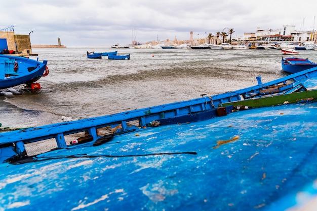 O bote amarrou ao porto de bari, italy, durante uma tempestade no mar. Foto Premium
