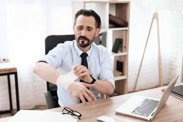 O braço de um homem está doendo. Foto Premium