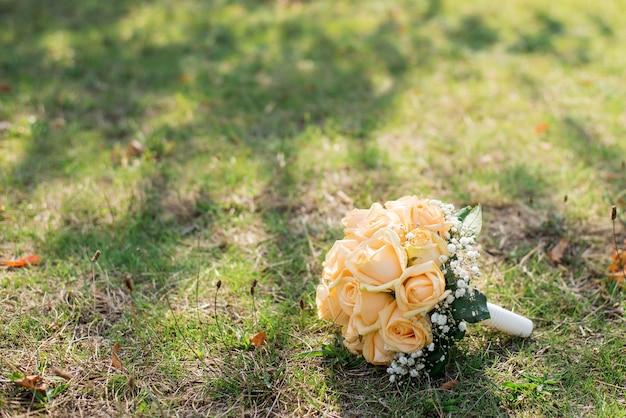 O buquê da noiva na grama. declaração de amor Foto Premium