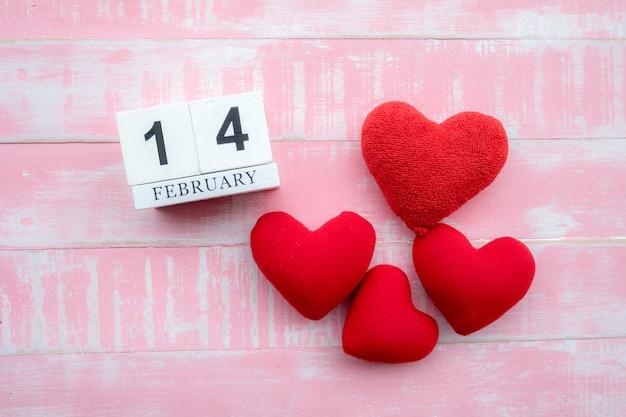 O calendário de madeira no dia 14 de fevereiro Foto Premium