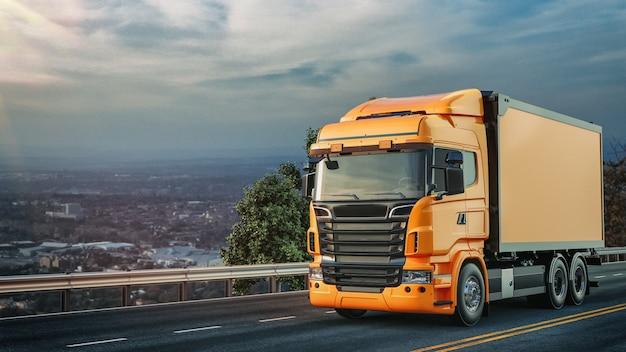 O caminhão laranja correu na estrada. Foto Premium