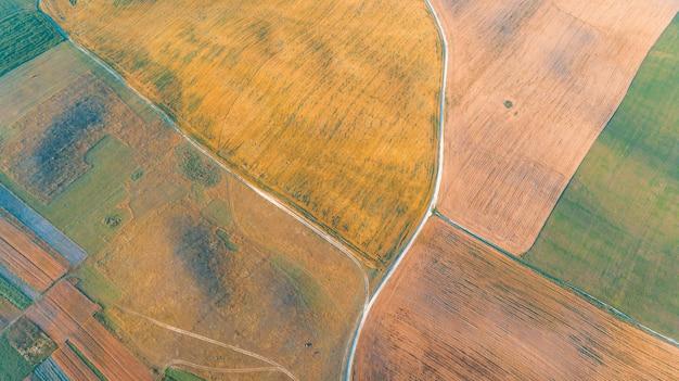 O campo verde é no tiro do sol com o drone Foto Premium