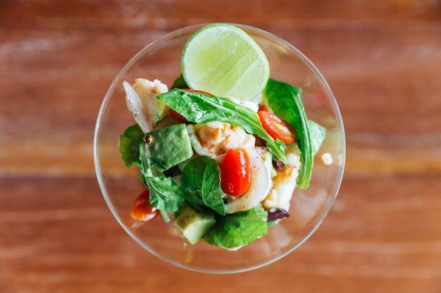 O canape picante e azedo do estilo tailandês da lagosta serviu uma parcela no vidro de vinho. Foto Premium