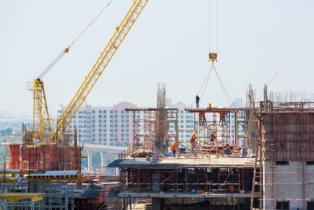O canteiro de obras ocupado opera no início da construção de um novo projeto de infraestrutura complexo. Foto Premium