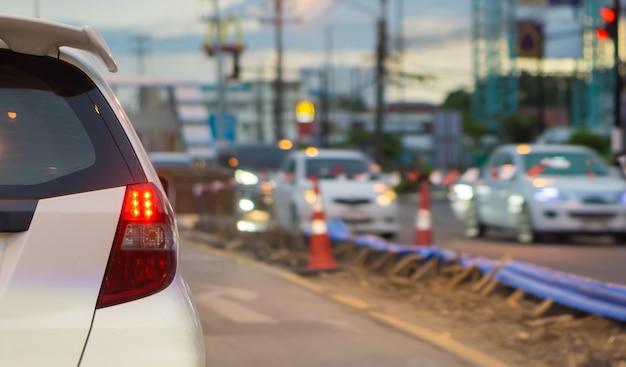 O carro mostra que a luz de freio está estacionada no cruzamento dos semáforos. Foto Premium