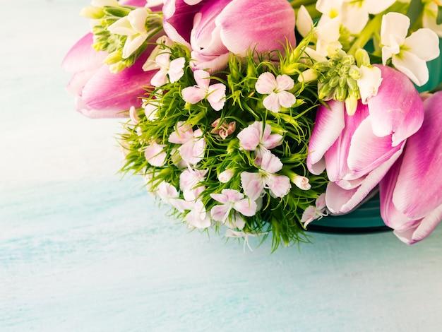 O cartão roxo vazio floresce a cor pastel da mola das rosas das tulipas. Foto Premium