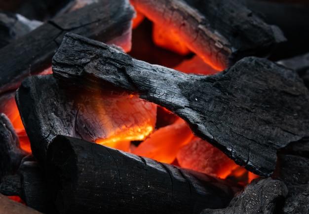 O carvão está queimando Foto Premium
