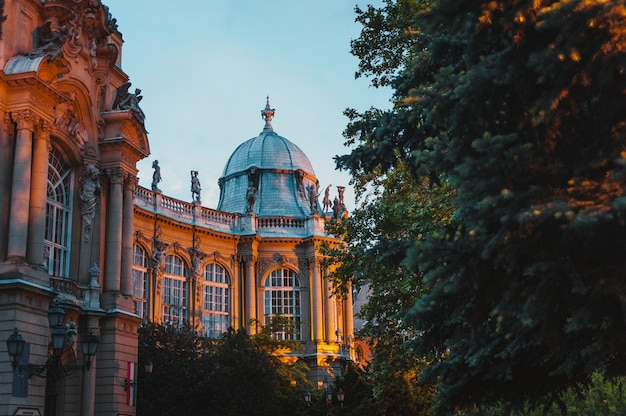O castelo de vajdahunyad, principal parque da cidade de budapeste Foto Premium
