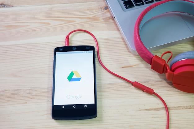 O celular abriu o aplicativo google drive. Foto Premium