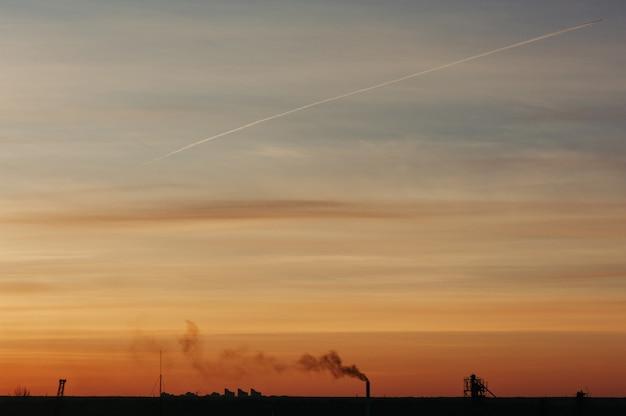 O céu ao amanhecer. silhuetas de estruturas. Foto Premium