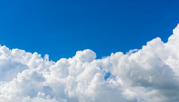O céu bonito nubla-se o fundo da natureza. Foto Premium