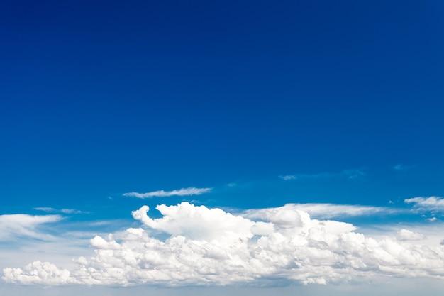 O céu está azul com nuvens brancas em um dia claro. Foto Premium