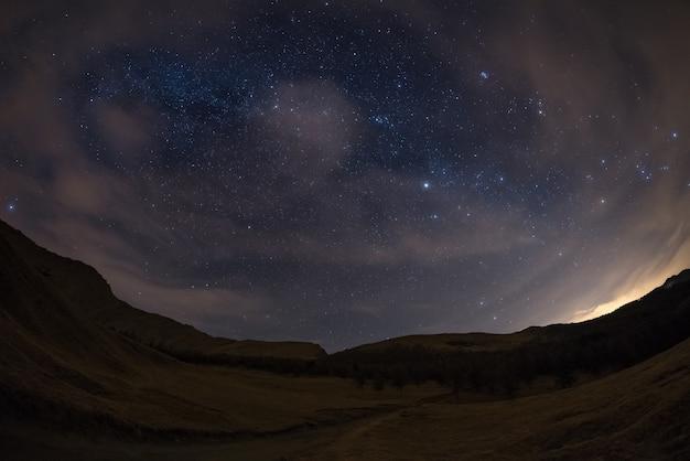 O céu estrelado nos alpes, vista de olho de peixe ultra larga Foto Premium
