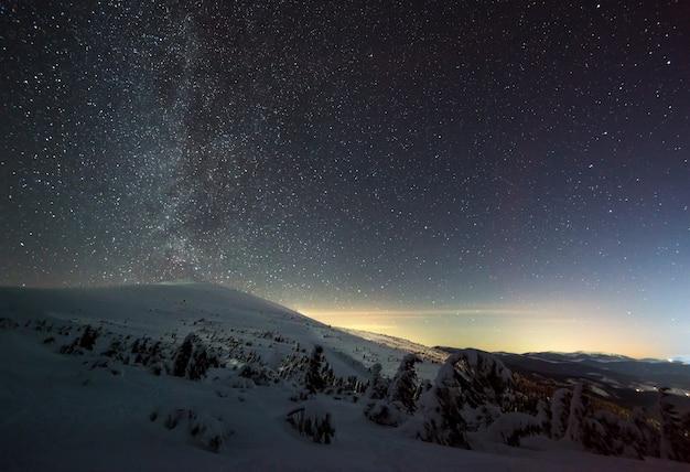 O céu mágico estrelado com neblina rosa Foto Premium